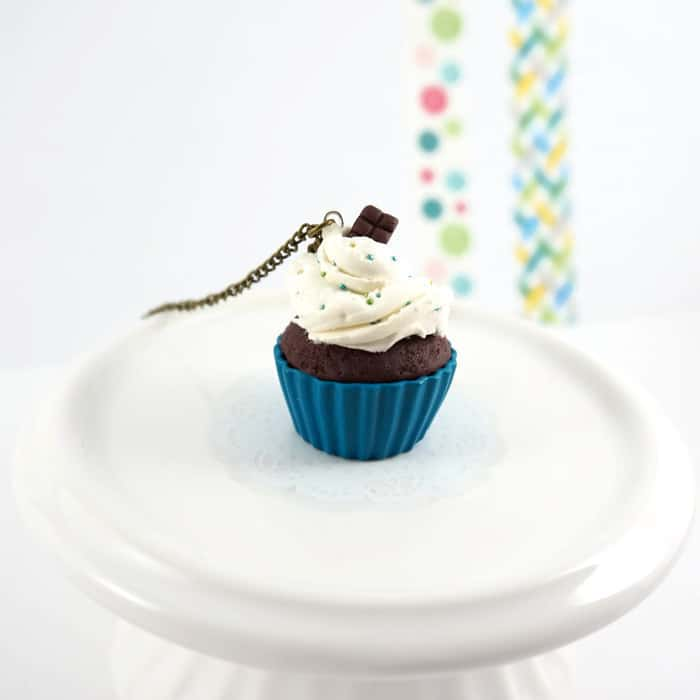 Collier cupcake bleu chocolat
