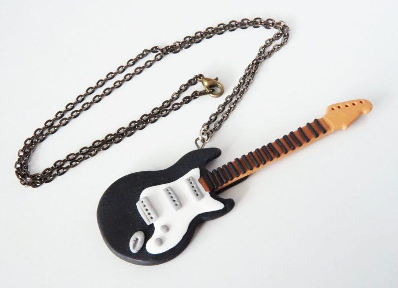 collier guitare électrique noire et blanche polymère fimo
