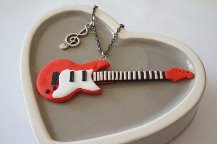 collier guitare électrique rouge polymère fimo