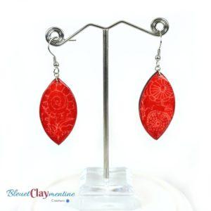 Boucles d'oreille fleuries rouges effet batik en argile polymère