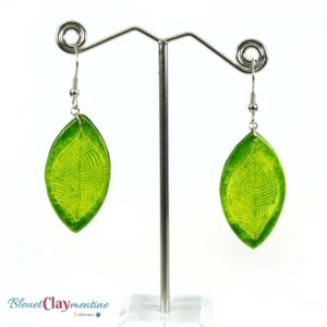 Boucles d'oreille vertes motifs feuilles – effet batik