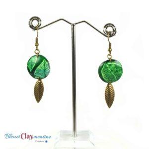 Boucles d'oreille verte motif feuille effet batik