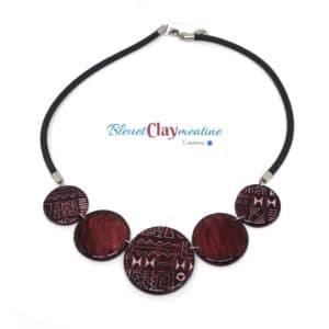 Collier aux motifs aztèque – inspiration ethnique – prune – effet batik